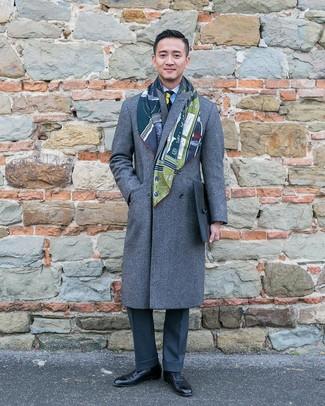 Comment porter: pardessus gris, chemise de ville à rayures verticales bleu clair, pantalon de costume gris foncé, chaussures richelieu en cuir noires
