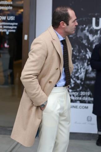Comment porter: pardessus beige, chemise de ville bleu clair, pantalon de costume beige, cravate imprimée marron foncé