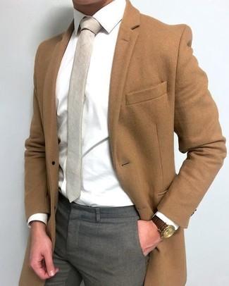 Comment porter: pardessus marron, chemise de ville blanche, pantalon de costume gris, cravate beige