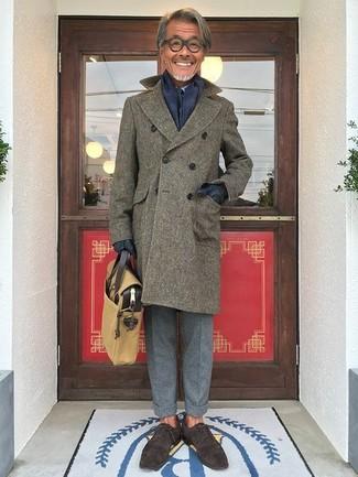 Comment porter: pardessus olive, chemise de ville bleu clair, pantalon de costume en laine gris, chaussures richelieu en daim marron foncé