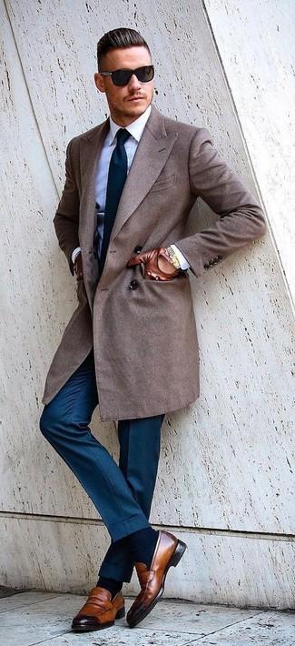 Comment porter: pardessus marron, chemise de ville blanche, pantalon de costume bleu, slippers en cuir marron