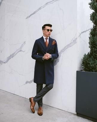 Comment porter des gants en cuir tabac: Essaie de marier un pardessus bleu marine avec des gants en cuir tabac pour un look idéal le week-end. Jouez la carte classique pour les chaussures et assortis cette tenue avec une paire de des chaussures richelieu en cuir marron.