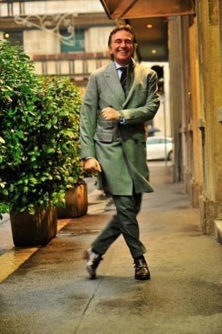 Comment porter une chemise de ville blanche: Pense à opter pour une chemise de ville blanche et un pantalon de costume vert foncé pour dégager classe et sophistication. Tu veux y aller doucement avec les chaussures? Assortis cette tenue avec une paire de des double monks en cuir marron foncé pour la journée.