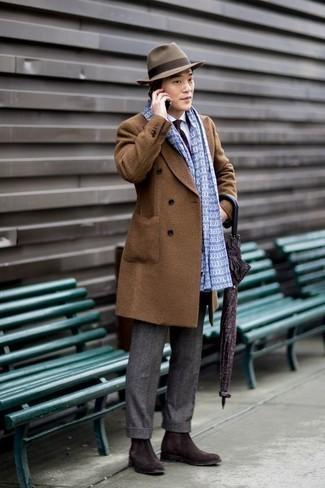Comment porter des bottines chelsea en daim marron foncé: Pense à harmoniser un pardessus marron avec un pantalon de costume en laine gris pour dégager classe et sophistication. Mélange les styles en portant une paire de des bottines chelsea en daim marron foncé.