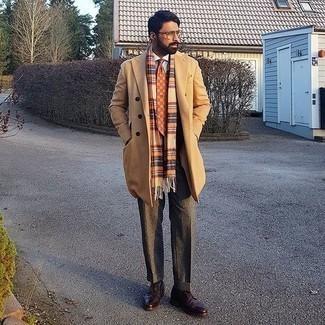 Comment porter des chaussures derby en cuir bordeaux: Pense à marier un pardessus marron clair avec un pantalon de costume en laine gris foncé pour un look classique et élégant. Si tu veux éviter un look trop formel, termine ce look avec une paire de des chaussures derby en cuir bordeaux.