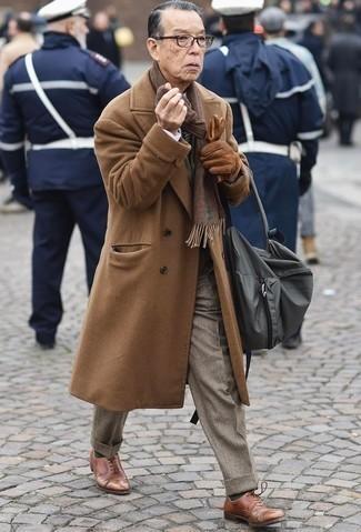 Comment s'habiller après 60 ans au printemps: L'association d'un pardessus marron clair et d'un pantalon de costume marron clair peut te démarquer de la foule. Assortis ce look avec une paire de chaussures richelieu en cuir marron. Cette tenue est juste top et printanière comme il faut.