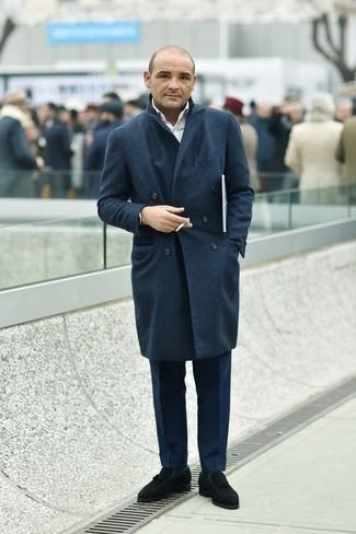 Comment s'habiller après 40 ans: Essaie d'harmoniser un pardessus bleu marine avec un pantalon de costume bleu marine pour un look pointu et élégant. Si tu veux éviter un look trop formel, choisis une paire de mocassins à pampilles en daim noirs.