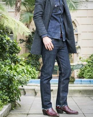 Comment porter: pardessus gris foncé, chemise en jean bleu marine, jean bleu marine, bottes western en cuir bordeaux