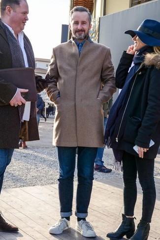 Tendances mode hommes: Associer un pardessus marron clair avec un jean bleu marine est une option avisé pour une journée au bureau. Tu veux y aller doucement avec les chaussures? Complète cet ensemble avec une paire de des baskets basses en cuir blanches pour la journée.