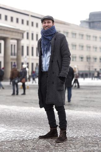 Comment porter: pardessus gris foncé, chemise en jean bleu clair, pantalon chino noir, bottes de loisirs en daim marron foncé