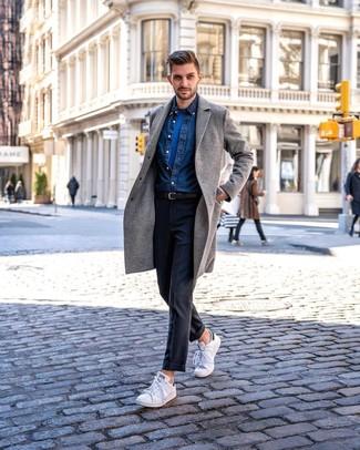 Comment porter: pardessus gris, chemise en jean bleu marine, t-shirt à col rond bleu, pantalon de costume gris foncé