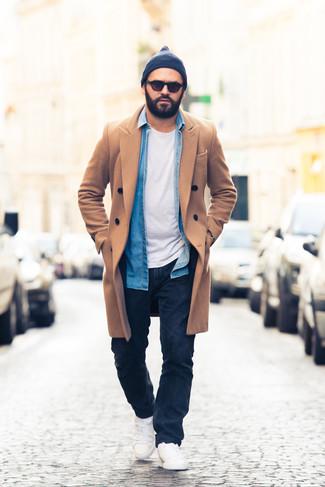 Comment porter une chemise en jean bleue: Pour une tenue de tous les jours pleine de caractère et de personnalité essaie d'harmoniser une chemise en jean bleue avec un jean bleu marine. Une paire de des baskets basses blanches est une option parfait pour complèter cette tenue.