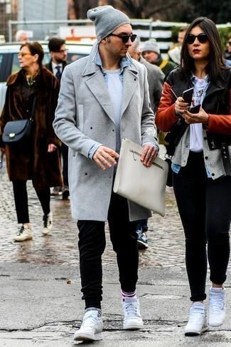Comment porter un pardessus gris: Associe un pardessus gris avec un pantalon de jogging noir pour affronter sans effort les défis que la journée te réserve. Pourquoi ne pas ajouter une paire de des baskets basses en cuir blanches à l'ensemble pour une allure plus décontractée?