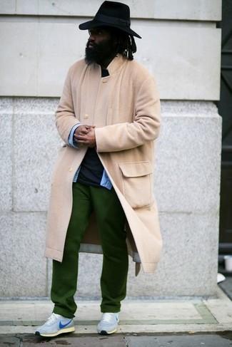 Comment porter une chemise en jean bleu clair: Pour créer une tenue idéale pour un déjeuner entre amis le week-end, harmonise une chemise en jean bleu clair avec un pantalon chino vert. Une paire de des chaussures de sport bleu clair apporte une touche de décontraction à l'ensemble.