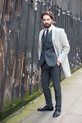 Comment porter: pardessus gris, complet gris foncé, chemise de ville blanche, chaussures richelieu en cuir noires