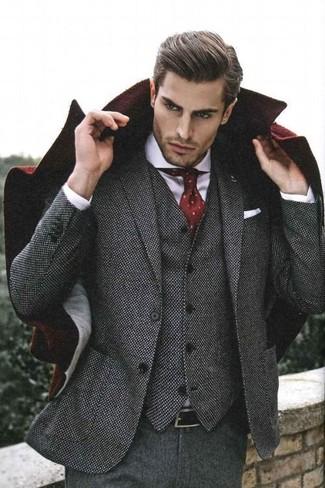 Comment porter: pardessus bordeaux, complet en laine gris, chemise de ville blanche, cravate á pois bordeaux