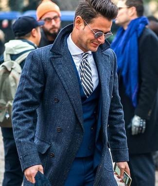 Comment porter: pardessus bleu marine, complet bleu marine, chemise de ville blanche, cravate à rayures verticales bleu marine et blanc