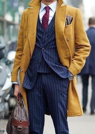 Comment porter: pardessus moutarde, complet à rayures verticales bleu marine, chemise de ville blanche, fourre-tout en cuir marron foncé