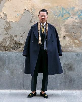 Comment porter: pardessus noir, complet noir, chemise de ville blanche, slippers en daim brodés noirs