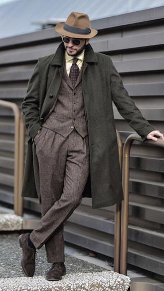 Comment porter: pardessus olive, complet en laine marron, chemise de ville jaune, chaussures derby en daim marron foncé