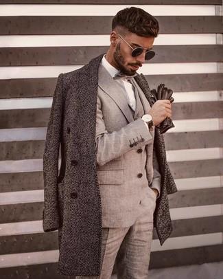 Comment porter: pardessus à chevrons gris, complet gris, chemise de ville blanche, nœud papillon gris