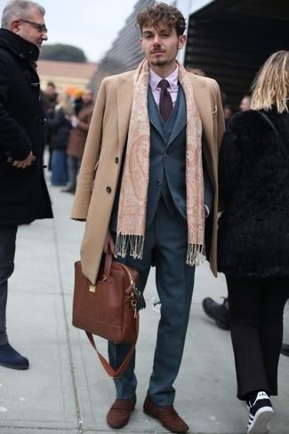 Comment porter: pardessus marron clair, complet gris, chemise de ville rose, slippers en daim marron