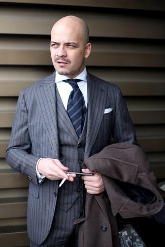 Comment porter: pardessus marron foncé, complet à rayures verticales gris, chemise de ville blanche, cravate à rayures verticales bleu marine