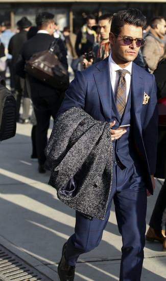 Comment porter un pardessus à chevrons gris foncé: Essaie d'harmoniser un pardessus à chevrons gris foncé avec un complet à carreaux bleu marine pour un look classique et élégant.