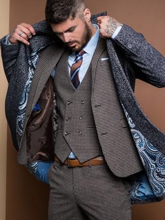 Tenue: Pardessus à chevrons gris foncé, Complet en pied-de-poule gris foncé, Chemise de ville bleu clair, Cravate à rayures horizontales marron