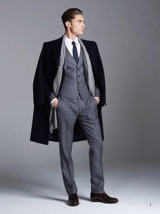 Comment porter des chaussures richelieu en cuir marron foncé quand il fait frais: Porte un pardessus bleu marine et un complet en laine gris foncé pour une silhouette classique et raffinée. Une paire de des chaussures richelieu en cuir marron foncé est une option judicieux pour complèter cette tenue.