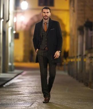 Comment porter une montre en cuir bordeaux: Harmonise un pardessus noir avec une montre en cuir bordeaux pour un look idéal le week-end. D'une humeur créatrice? Assortis ta tenue avec une paire de des chaussures brogues en cuir marron.