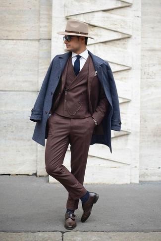 Comment porter: pardessus bleu marine, complet marron foncé, chemise de ville blanche, double monks en cuir marron foncé