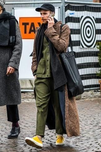 Comment porter un costume olive: Opte pour un costume olive avec un pardessus marron pour un look classique et élégant. D'une humeur créatrice? Assortis ta tenue avec une paire de des baskets basses en toile moutarde.