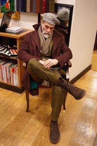 Comment porter des chaussettes bordeaux: Pense à opter pour un pardessus bordeaux et des chaussettes bordeaux pour un look idéal le week-end. D'une humeur créatrice? Assortis ta tenue avec une paire de des bottes de loisirs en daim marron foncé.