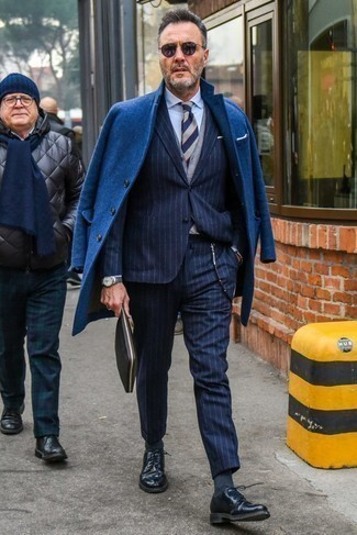 Comment porter des chaussures derby en cuir bleu marine après 50 ans: Choisis un pardessus bleu marine et un costume en laine à rayures verticales bleu marine pour une silhouette classique et raffinée. Cette tenue est parfait avec une paire de des chaussures derby en cuir bleu marine.