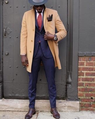 Comment porter: pardessus marron clair, costume à rayures verticales bleu marine, chaussures richelieu en cuir marron foncé, chapeau en laine gris foncé