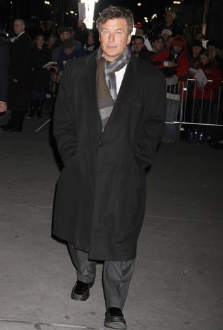 Comment porter: pardessus noir, costume gris, chemise à manches longues blanche, slippers en cuir noirs