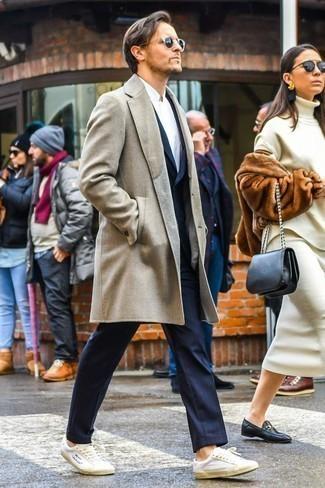 Comment porter un pardessus beige: Essaie d'associer un pardessus beige avec un costume à rayures verticales bleu marine pour dégager classe et sophistication. Si tu veux éviter un look trop formel, choisis une paire de des baskets basses en cuir blanches.