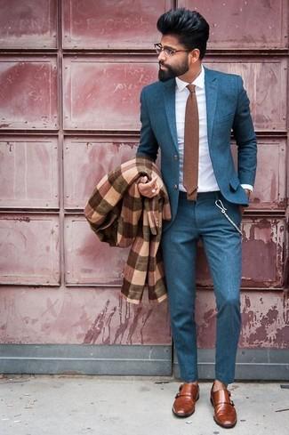 Comment porter: pardessus écossais marron, costume bleu canard, chemise de ville blanche, double monks en cuir marron