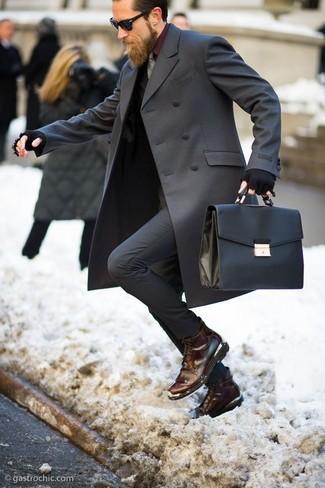 Comment porter: pardessus gris foncé, costume gris foncé, chemise de ville bordeaux, bottes de loisirs en cuir marron foncé