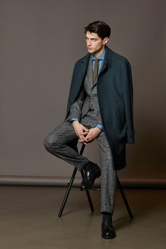 Comment porter: pardessus bleu canard, costume en laine écossais gris, chemise de ville bleue, mocassins à pampilles en cuir noirs