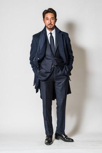 Comment porter: pardessus bleu marine, costume à rayures verticales bleu marine, chemise de ville blanche, double monks en cuir noirs