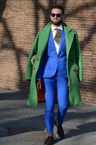 Comment porter: pardessus vert, costume bleu, chemise de ville blanche, slippers en daim marron foncé