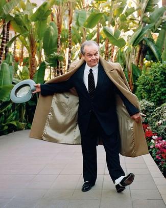 Comment porter: pardessus marron clair, costume à rayures verticales noir, chemise de ville blanche, chaussures richelieu en cuir noires