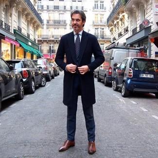 Comment porter: pardessus noir, costume noir, chemise de ville blanche, chaussures richelieu en cuir marron