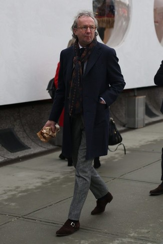 Comment porter: pardessus écossais bleu marine, costume en laine écossais gris, chemise de ville blanche, monks en daim marron foncé