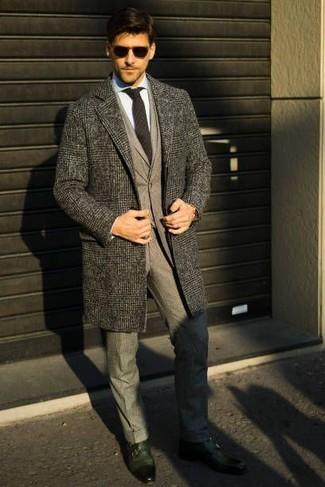 Comment porter: pardessus écossais gris, costume en laine gris, chemise de ville bleu clair, double monks en cuir vert foncé