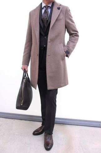 Comment porter: pardessus beige, costume noir, chemise de ville à rayures verticales violet clair, chaussures richelieu en cuir marron foncé