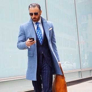 Comment porter: pardessus bleu clair, costume à rayures verticales bleu marine, chemise de ville blanche, sac fourre-tout en cuir tabac