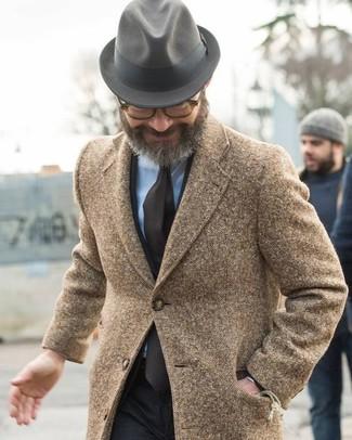 Comment porter: pardessus marron, costume noir, chemise de ville bleu clair, chapeau en laine gris